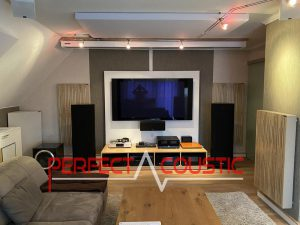 Akustiska paneler placerade i en biograf