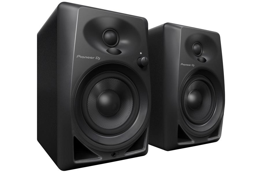 Ett par Pioneer DM-40 studiomonitorer