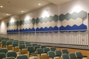 Mönstrade sexkantiga akustiska paneler - i en föreläsningssal