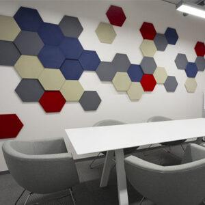 Mönstrade sexkantiga akustiska paneler - på ett kontor 2.