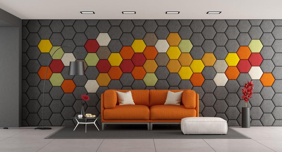 Mönstrade sexkantiga akustiska paneler på väggen