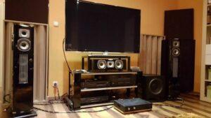 akustisk diffusor placerad i biografrummet (3)