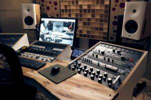 användning av träakustiska diffusorer bakom högtalarna (2)