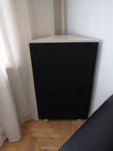 hörnelement basfälla placerad i biografrummet (2)