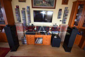 rum akustisk design med akustikpaneler på frontpanelen