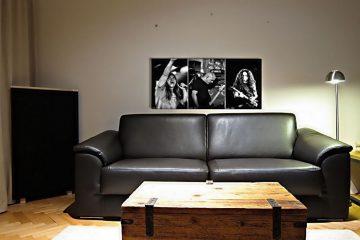 tryckt akustisk panel på soffan