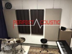 tryckt akustisk panel på väggen (1)