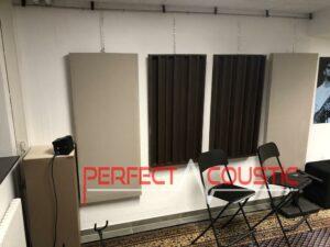 tryckt akustisk panel på väggen (2)